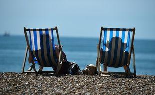Illustration de touristes s'offrant un bain de soleil.