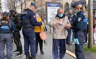 Des contrôles importants  sont effectués à Nice par la police municipale et nationale pour le premier week-end de confinement.