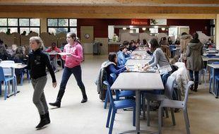 Les élèves du collège St-Adrien près de Lille à la cantine pendant le déjeuner de midi.