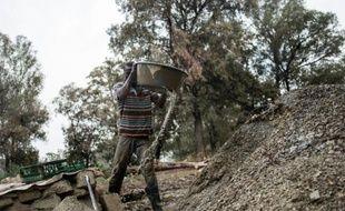 L'un des nombreux mineurs illégaux, travaille le 2 octobre 2015 à la mine de Grootvlei à Springs