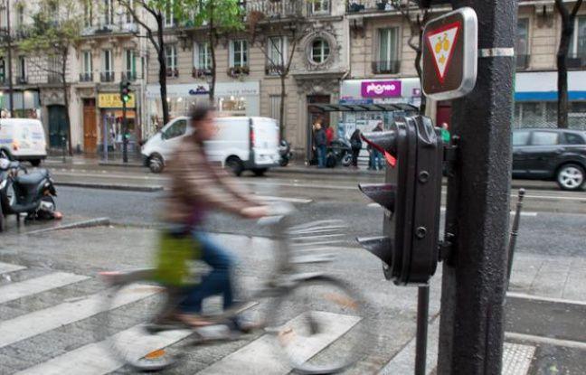 L'autorisation de griller les feux rouges pour les cyclistes dans certaines conditions est lancée à Paris, le 23 avril 2012.