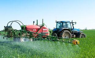 Un épandage de pesticides dans un champs. Illustration.