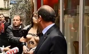 Paris, le 28 octobre 2014. François Hollande est pris à parti dans le passage Molière par deux manifestantes des Femen.