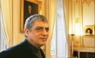 Jacques Chirac a décoré jeudi le chanteur Enrico Macias, le cancérologue David Khayat, le pâtissier Pierre Hermé, le procureur général de la cour d'appel de Paris Laurent Le Mesle ainsi que le journaliste de TF1 François Bachy.