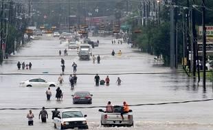 A Houston, les riverains tentent de fuir les rues inondées par l'ouragan Harvey, le 28 août 2017.