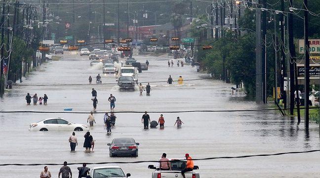 A Houston, les riverains tentent de fuir les rues inondées par l'ouragan Harvey, le 28 août 2017. – Thomas B. Shea / AFP