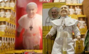 Des poupées du pape François avant sa visite en Irlande, le 26 août.