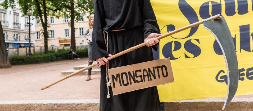 Manifestant contre le groupe Bayer-Monsanto le 18 mai 2019 à Paris