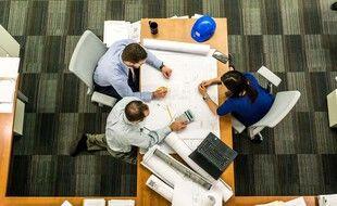 Illustration d'une réunion de travail dans une entreprise.