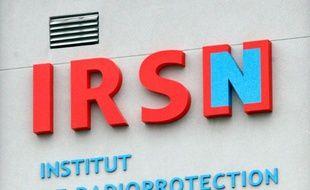 Vue extérieure d'un bâtiment arborant le logo de l'Institut de Radioprotection et de Sûreté Nucléaire, à Fontenay-aux-Roses, en banlieue parisienne, le 17 mars 2011