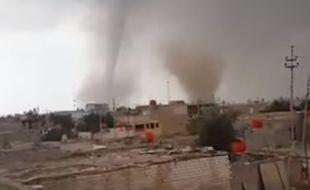 Une double tornade spectaculaire s'est formée le 14 avril 2016 dans la province irakienne de Maysan.