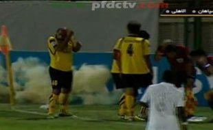 Un joueur jette une grenade lors d'un match de foot en Iran, le 19 septembre 2012.