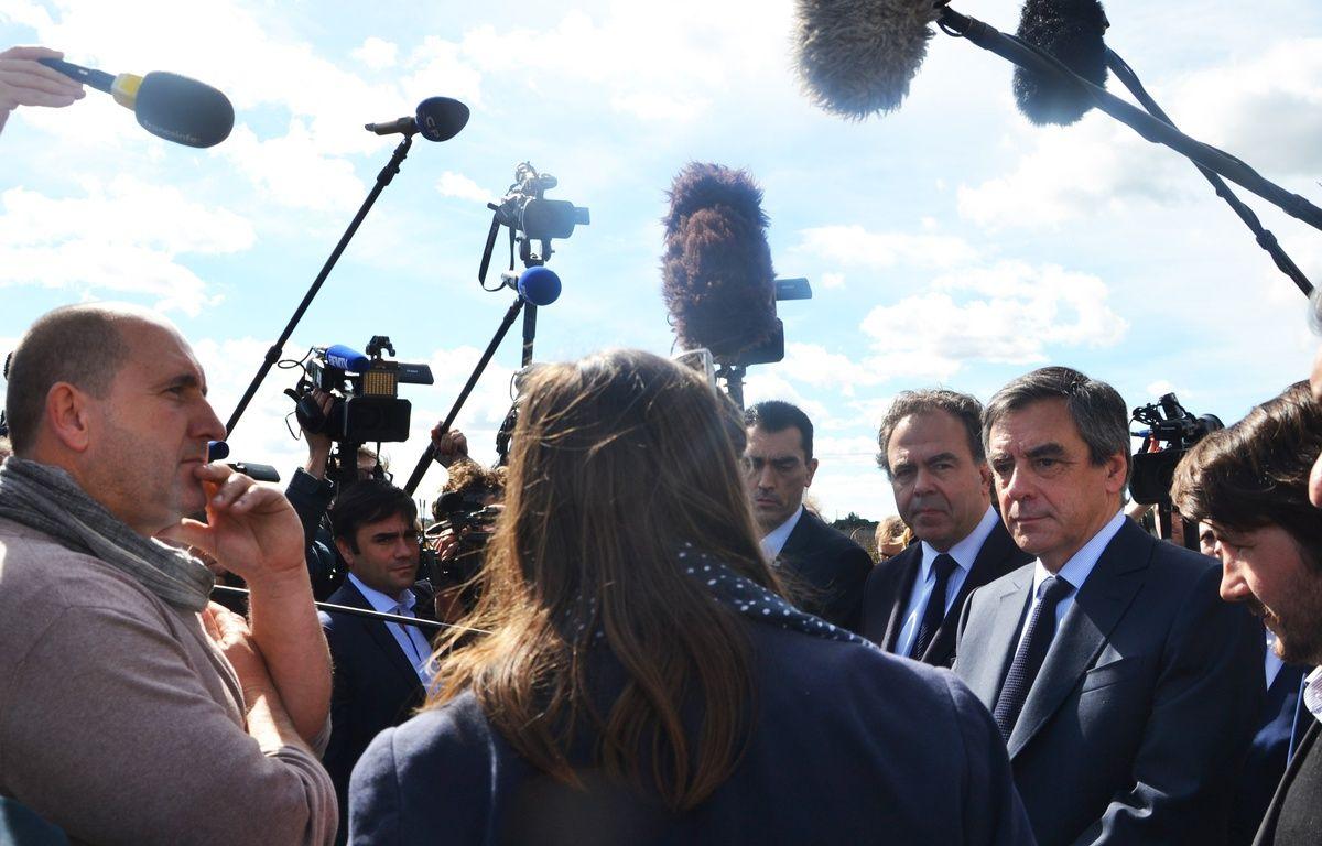 François Fillon discute avec les viticulteurs... pas avec les journalistes. – N. Bonzom / Maxele Presse