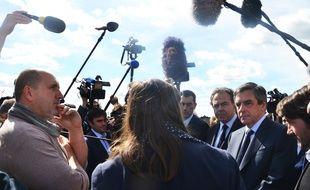 François Fillon discute avec les viticulteurs... pas avec les journalistes.