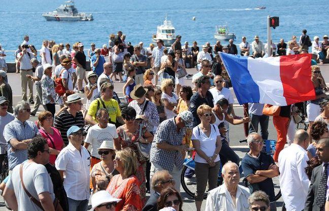 Plusieurs milliers de personnes étaient rassemblées sur la Promenade des Anglais à Nice pour rendre hommage aux victimes de l'attaque du 14 juillet