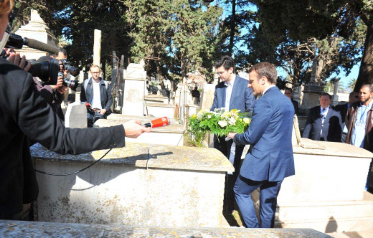 Emmanuel Macron s'est recueilli ce mardi sur la tombe de Roger Hanin en Algérie. – NEW PRESS
