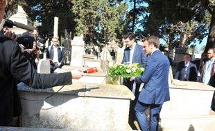 Emmanuel Macron s'est recueilli ce mardi sur la tombe de Roger Hanin en Algérie.