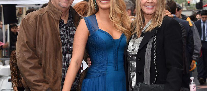 L'actrice Blake Lively entourée de ses parents, son père Ernie (à gauche) et sa mère Elaine (à droite)