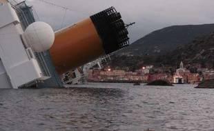 Après avoir heurté un rocher vendredi 13 janvier 2012 au large de la Toscane, le paquebot «Costa Concordia» s'est couché à près de 90 degrés.