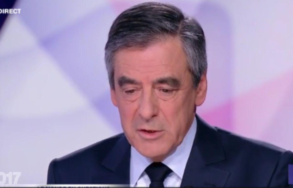 François Fillon, sur le plateau de « 15 minutes pour convaincre », le dernier grand rendez-vous des onze candidats avant l'élection, le 20 avril 2017. – Capture d'écran / France 2