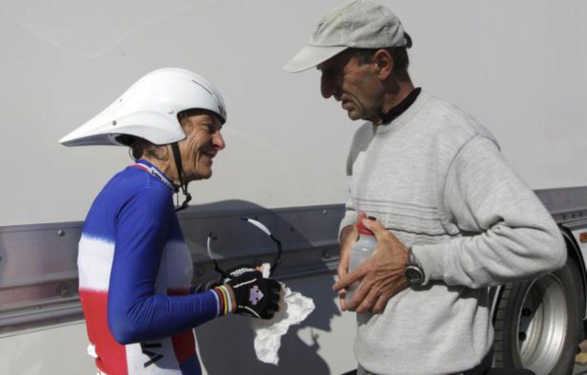 La championne cycliste française Jeannie Longo, et son mari - entraîneur Patrice Ciprelli le 16 octobre 2011 lors d'une course aux Herbiers. – L.Notarianni/REUTERS