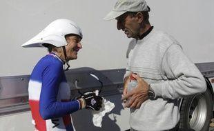 La championne cycliste française Jeannie Longo, et son mari - entraîneur Patrice Ciprelli le 16 octobre 2011 lors d'une course aux Herbiers.