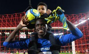 Le gardien du Stade Rennais Edouard Mendy ici en février 2020 avec son fils.