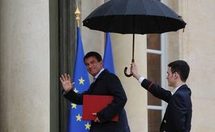 French Prime Minister Manuel Valls waves as he arrives the Elysee presidential palace for a meeting with the French president in Paris on August 25, 2014. French President Francois Hollande asked French Prime Minister Manuel Valls to form a new government following a much-criticised show of insubordination by the country's firebrand economy minister. A presidency statement said Valls had offered the resignation of his government -- a formality that allows him to form a new cabinet -- and the new line-up would be announced on August 26.     AFP PHOTO / DOMINIQUE FAGET