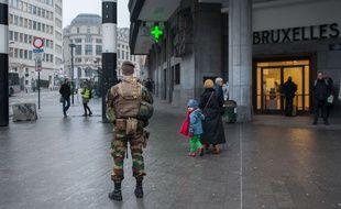 Depuis le 22 mars 2016, quotidiennement les militaires belges patrouillent dans les transports publics brusselois, ainsi que dans les espaces publics les plus frequentes tel que la gare centrale, la place de la Bourse ou bien De Brouckere, le 8 Fevrier 2017, a Bruxelles.