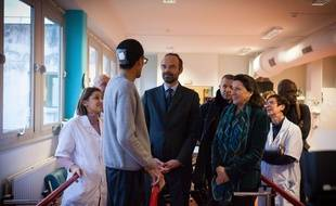 Edouard Philippe, le Premier ministre et Agnès Buzyn, ici dans un centre de rééducation en décembre 2017, vont annoncer une stratégie de transformation des soins mardi 13 février à l'hôpital d'Eaubonne.