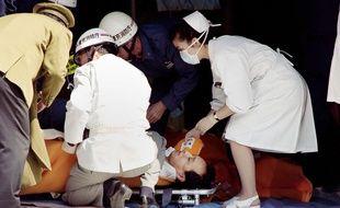 Un passager du métro de Tokyo soigné après l'attaque au gaz sarin, le 20 mars 1995.