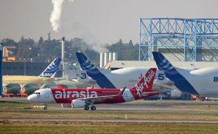La compagnie malaisienne à bas prix AirAsia X a annoncé mercredi une commande de 25 Airbus long-courriers A330-300 d'une valeur de près de 6 milliards de dollars au prix catalogue.