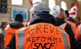 Un agent de la SNCF en grève contre la réforme ferroviaire adoptée par le gouvernement.