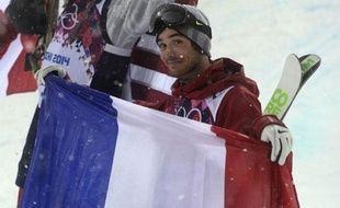 Kevin Rolland fête sa médaille de bronze, le 18 février 2014 à Sotchi.