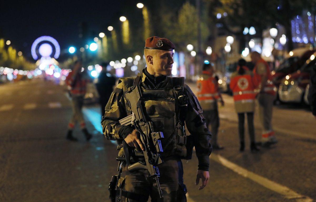 Un soldat français patrouille sur les Champs-Elysées après la fusillade du 20 avril 2017.  – THOMAS SAMSON / AFP