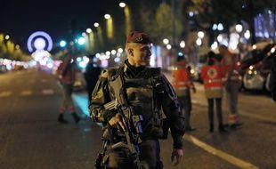 Un soldat français patrouille sur les Champs-Elysées après la fusillade du 20 avril 2017.