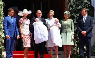 Le prince Albert-II de Monaco, la princesse Charlène, les jumeaux et leur parrain et marraine respectifs.