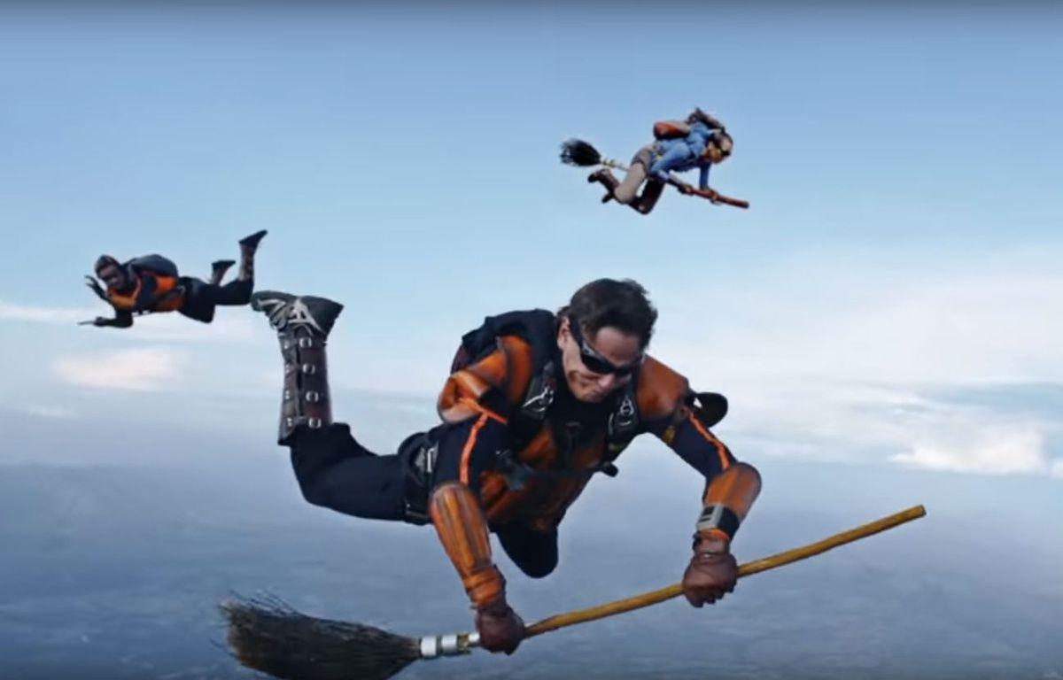 Une équipe de parachutistes professionnels a joué une partie de Quidditch en plein ciel. – ETB / YouTube