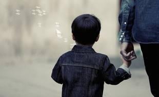 Un petit garçon et un de ses parents.