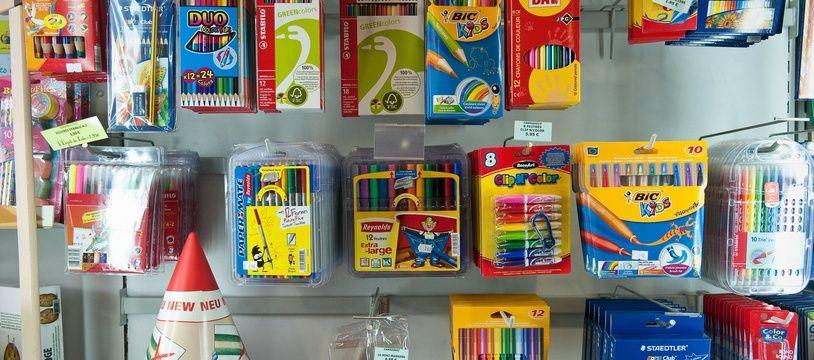 Fournitures scolaires dans une papeterie (illustration).