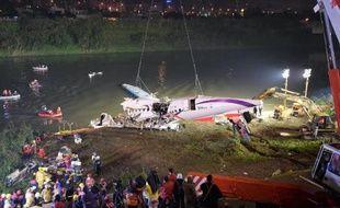 Le fuselage de l'ATR 72-600 est sorti hors de l'eau, le 4 février 2015 à Taipei
