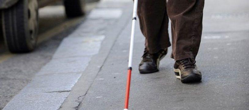 Un homme aveugle et son accompagnateur ont été agressés