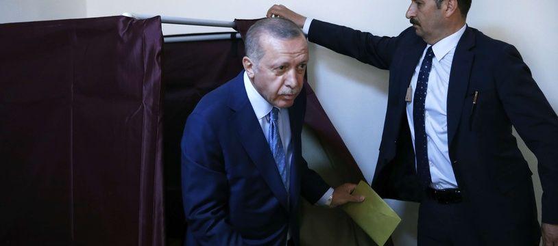 A Istanbul, Recep Tayyip Erdogan sort d'un isoloir pour les élections générales et législatives du 24 juin 2018 en Turquie