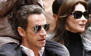Le président français Nicolas Sarkozy, accompagné de Carla Bruni et son fils, a visité samedi les ruines de la cité nabatéenne de Pétra sans éviter les photographes, et s'est même offert un tour en chameau.