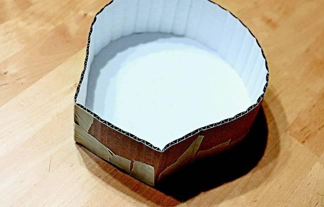 Avec du ruban de masquage, attachez la bande de carton à la première forme