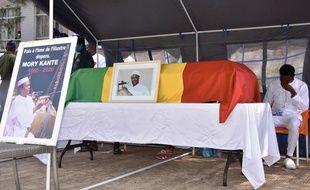 Des centaines de personnes se sont rassemblées ce mardi pour pleurer la mort du chanteur guinéen Mory Kanté dans la capitale de son pays natal, Conakry, au son des instruments et des lamentations musicales traditionnelles.
