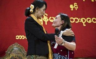 La chef de l'opposition birmane Aung San Suu Kyi a rencontré dimanche des ONG à Bergen, dans la région des fjords norvégiens, pour discuter de l'avenir de son pays engagé sur la voie de la démocratie, et notamment de la gestion des vastes ressources du pays.