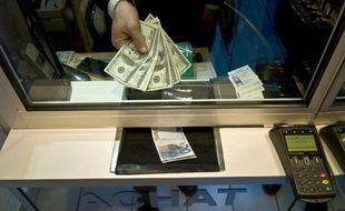 L'euro baissait face au dollar jeudi, dans un marché prudent avant les décisions de politique monétaire en zone euro et au Royaume-Uni, avec des craintes d'une intervention en Syrie toujours en toile de fond.