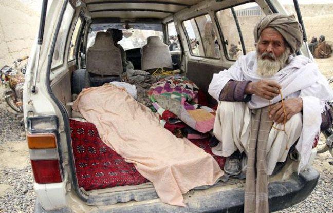 Un Afghan se tient à proximité des corps de victimes de la tuerie, le 11 mars 2012