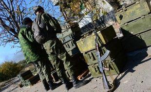 Des séparatistes pro-russes préparent des obus de mortiers près de l'aéroport international de Donetsk, le 9 octobre 2014
